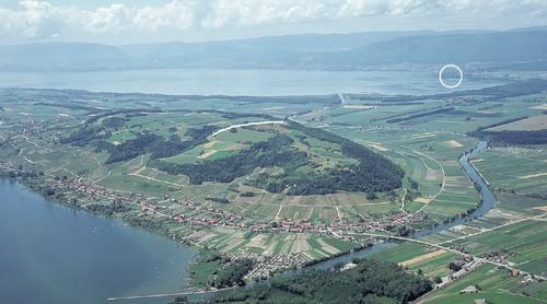 Le trait blanc indique l'emplacement du rempart, le cercle signale le site de La Tène.